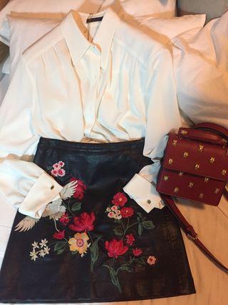 Falda negra cuero con bordado colores