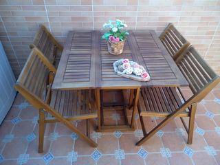 Mesa y sillas de madera para jardín o terraza