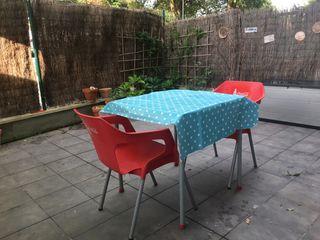 Mesa y sillas de jardín o terraza