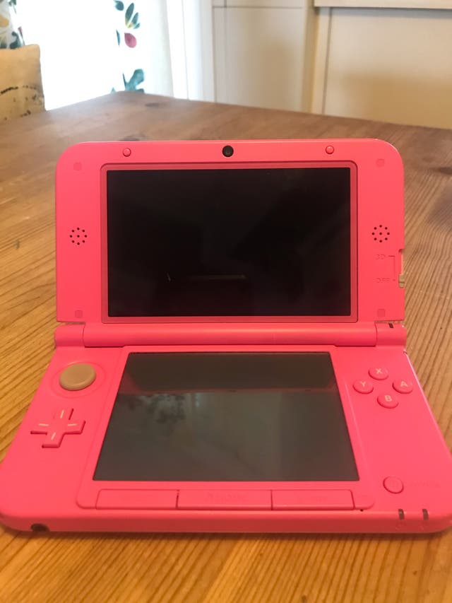 Nintendo 3DS xl rosa y juego animal crossing