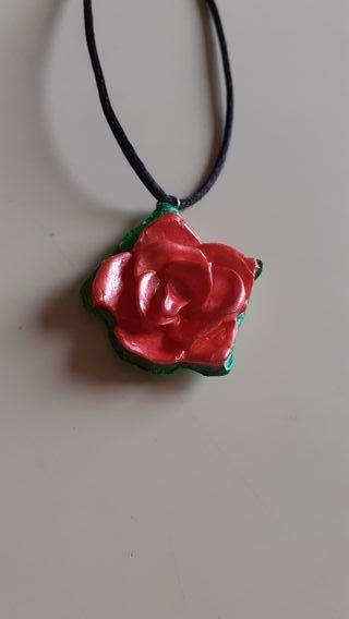 colgante rosa roja