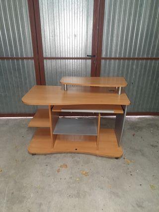 mesa de estudio y ordenador