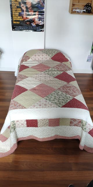 Cama de 90 cm con colchón y colcha incluídos.