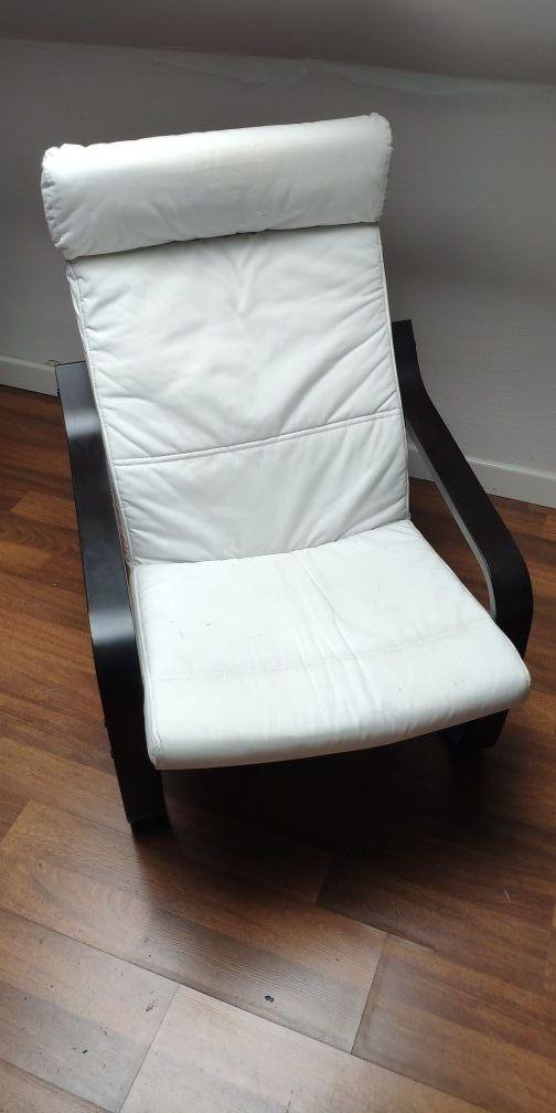 Sillón de Ikea con cojín color blanco.