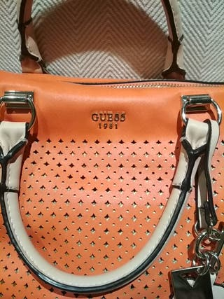 Bolso color coral naranja de Guess