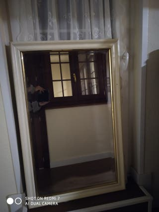 gran espejo biselado con marco de madera