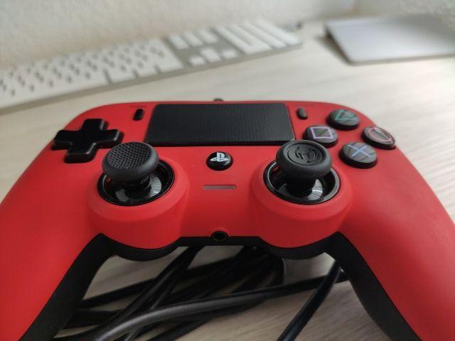 Mando Nacon PS4 con cable. Rojo.