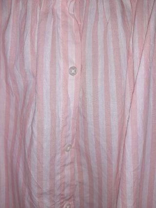 camiseta con goma que queda por los hombros