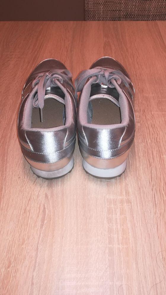 mochila y zapatillas deportivas
