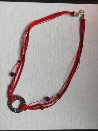 Collar rojo, antelina y lava