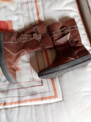 se vende botas de niña