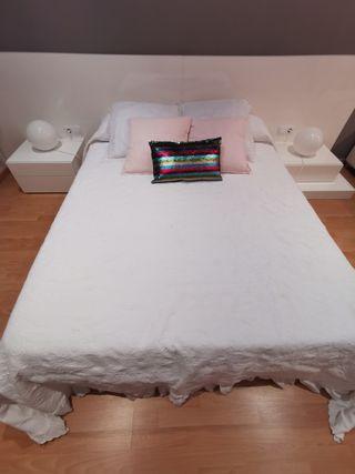 cama y mesillas madera blanca