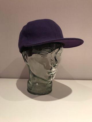 Gorra plana púrpura
