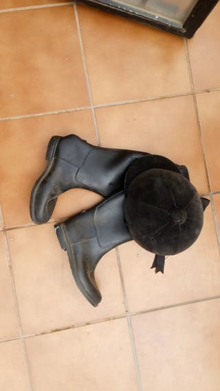 casco y botas de equitación
