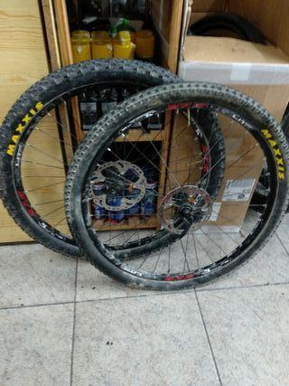 """ruedas 27,5 """" con cubiertas Michelín y discos XT"""