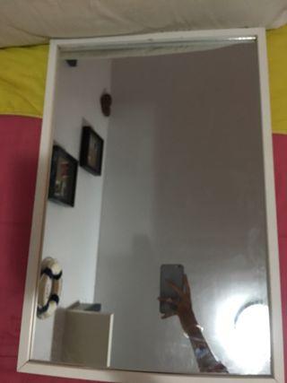 Espejo de marco blanco