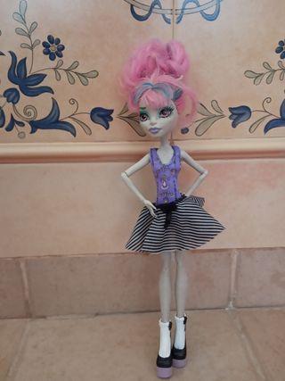 Muñeca Monster high modelo rochelle.