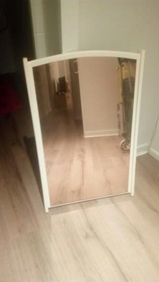 se vende espejo de pared blanco de Ikea