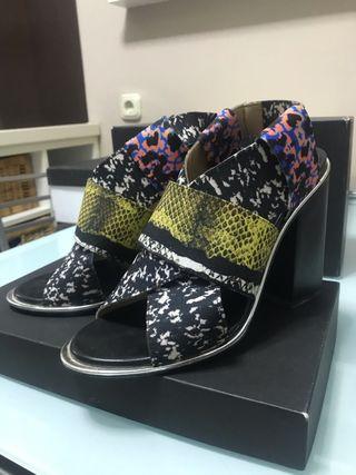 Sandalias de tacón estampadas de Zara