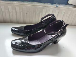 zapatos negros charol tacón con pulsera.Stover