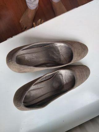 zapatos ante color topo tacón alto Mary Paz.