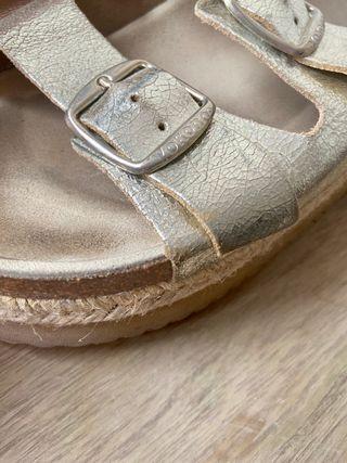 Sandalias doradas de piel con plataforma