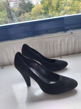 zapatos negros ante tacón alto.Laura Mannini