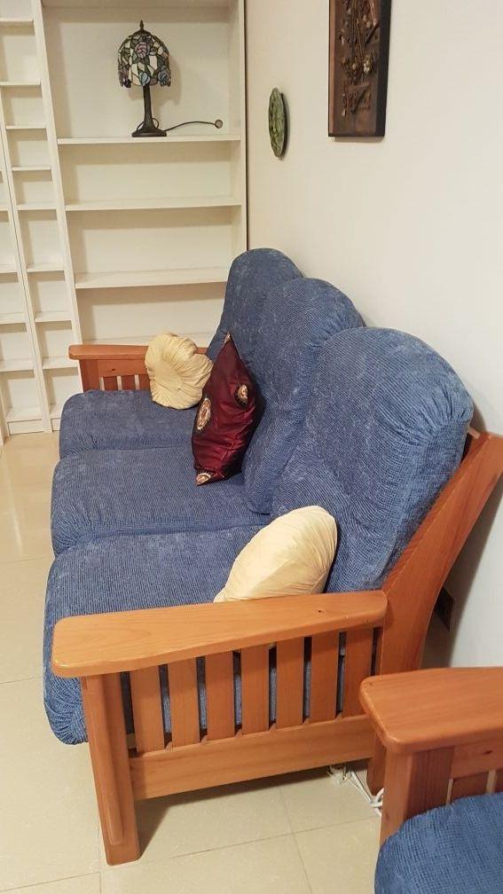 Sofa, sillones y mesa de madera de pino