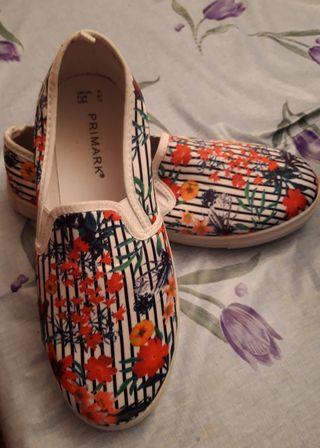 Clasicas zapatillas sra.Lona y suela blanca.