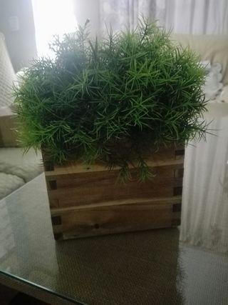 Macetero madera y planta artificial