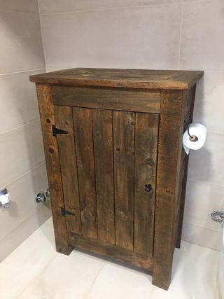 Mueble de madera tratada con estanteria