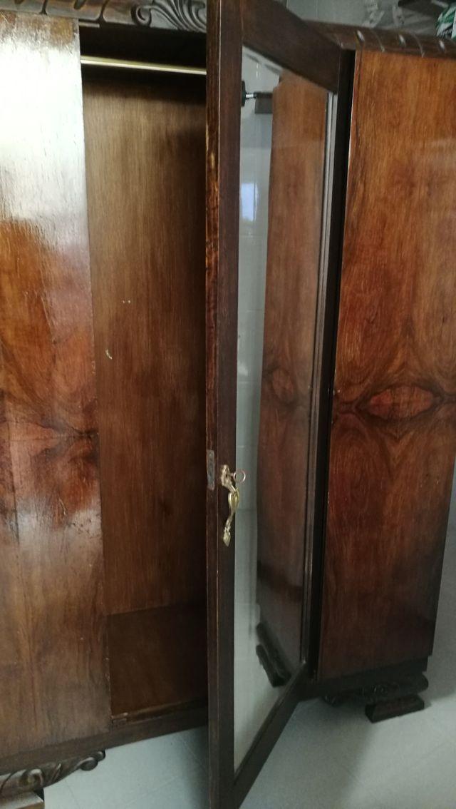 Armario antiguo con espejo