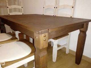 Mesa sillas y cómoda rústica