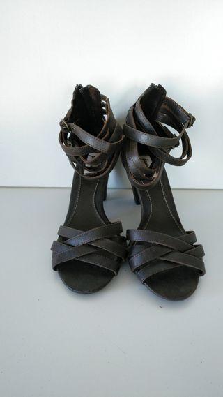 Sandalias tiras marrones.