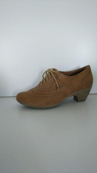 zapatos con cordones.