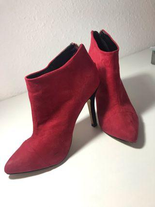 Botas tacón , rojas.