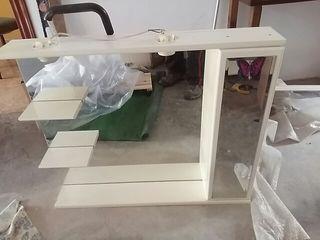 Gran espejo con estantes y armario a la derecha co