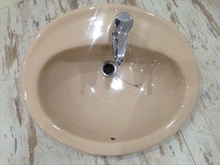 lavabo y grifo en buen estado