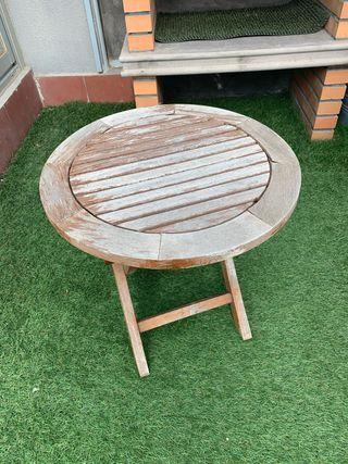 Mesa madera terraza jardín.