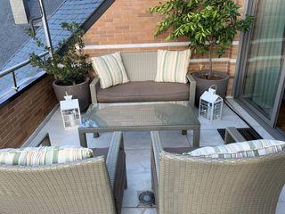 Conjunto sofás y mesa terraza / jardín con cojines