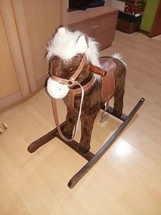 caballo balancín de madera.
