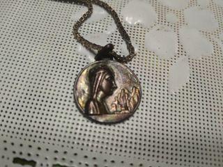cadena de plata con la medalla virgen montserrat