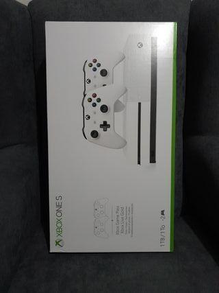 consola Xbox One s con dos mandos
