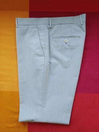 Pantalón de vestir marca Zara.