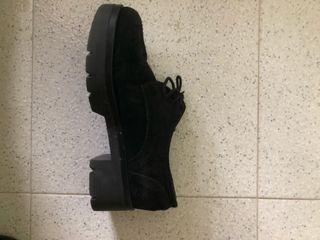 Zapato negro de invierno