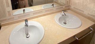 Dos lavabos y grifos Roca