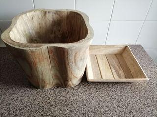 Macetero con base de madera.