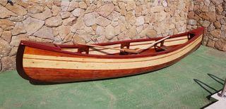 Canoa de madera hecha a mano