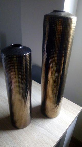 2 jarrones dorados uno mide 37 cm y el otro 47