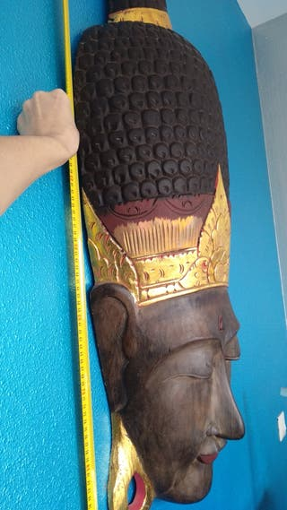Enorme máscara de Buda. Artesanía
